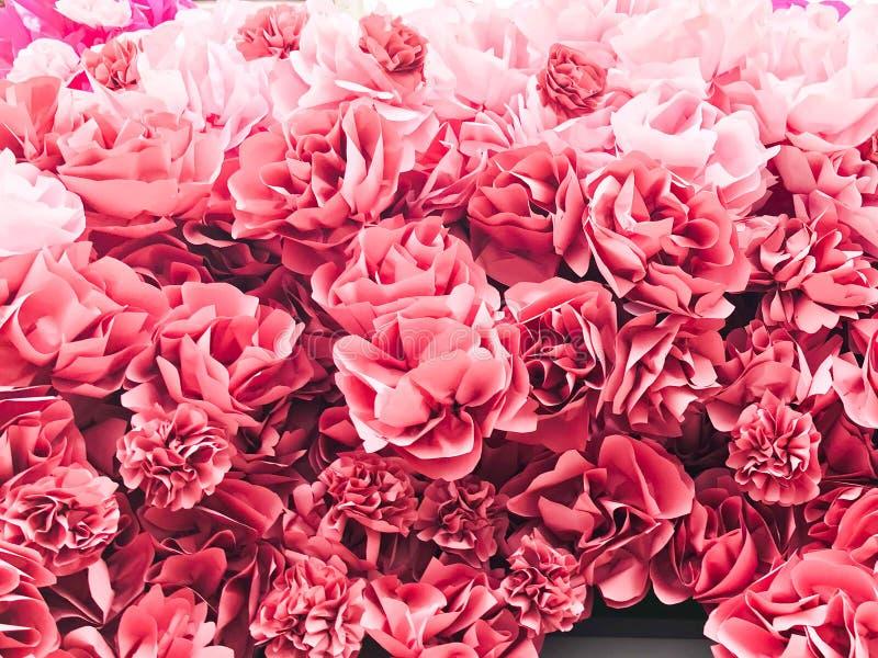 Röda rosa härliga naturliga frodiga blommor av rosa pionkronblad grönska för abstraktionbakgrundsgentile textur arkivfoton