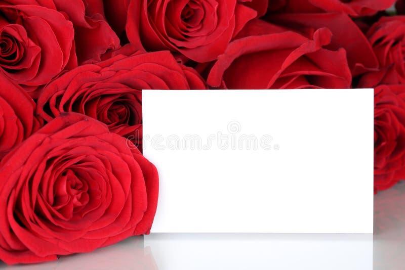 Röda rosor på valentin eller moderdag med det tomma kortet och kopian arkivfoton
