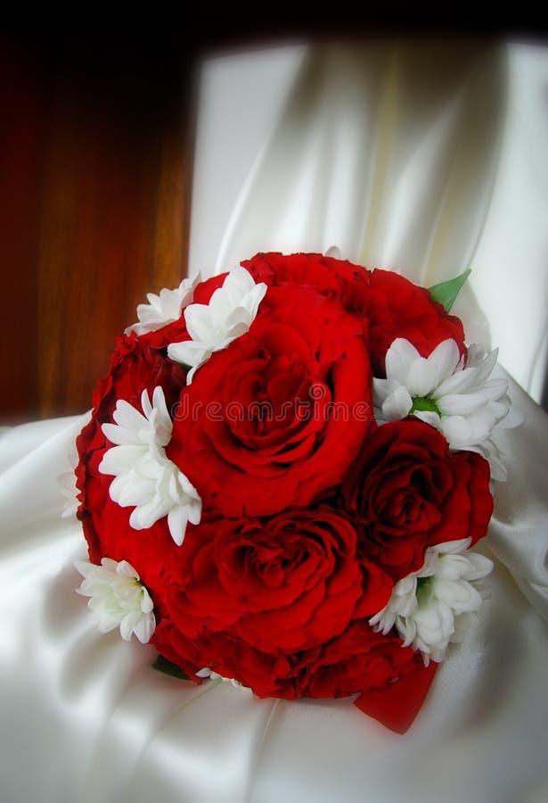 Röda rosor som gifta sig buketten royaltyfri fotografi