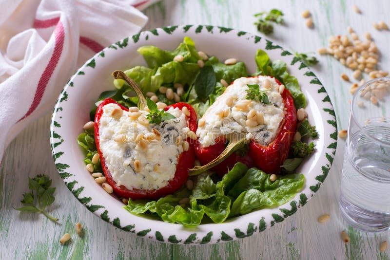 Röda söta peppar som är välfyllda med ricotta, vitlök och örter arkivbilder