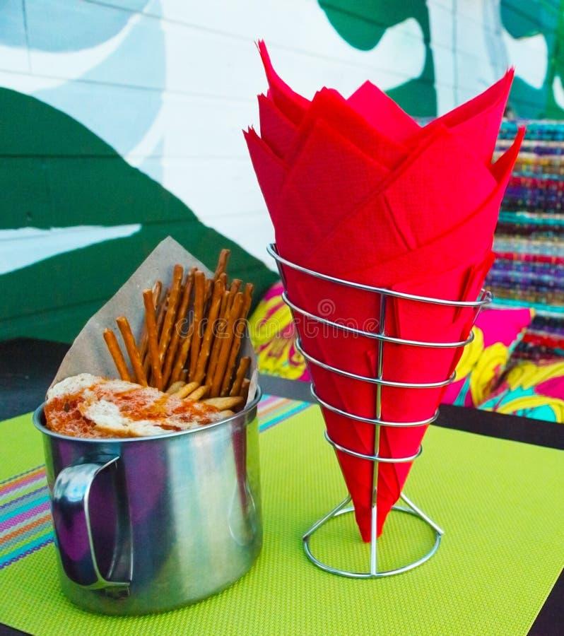 Röda servetter och rånar med smällare i en mexicansk restaurang arkivbilder