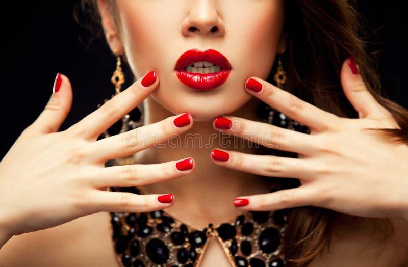 Röda sexiga kanter och spikar closeupen royaltyfria foton