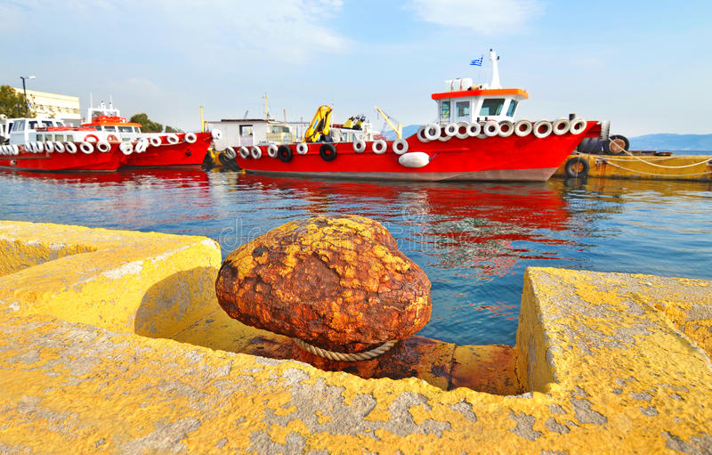 Röda skepp på Eleusis port Grekland arkivfoto
