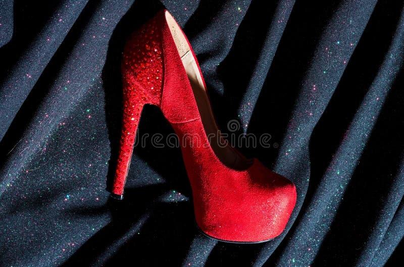 röda skor för dam shopping Skor shoppar fetisch och förälskelse Kvinna i skolager fashion skon desire Efter henne royaltyfria foton