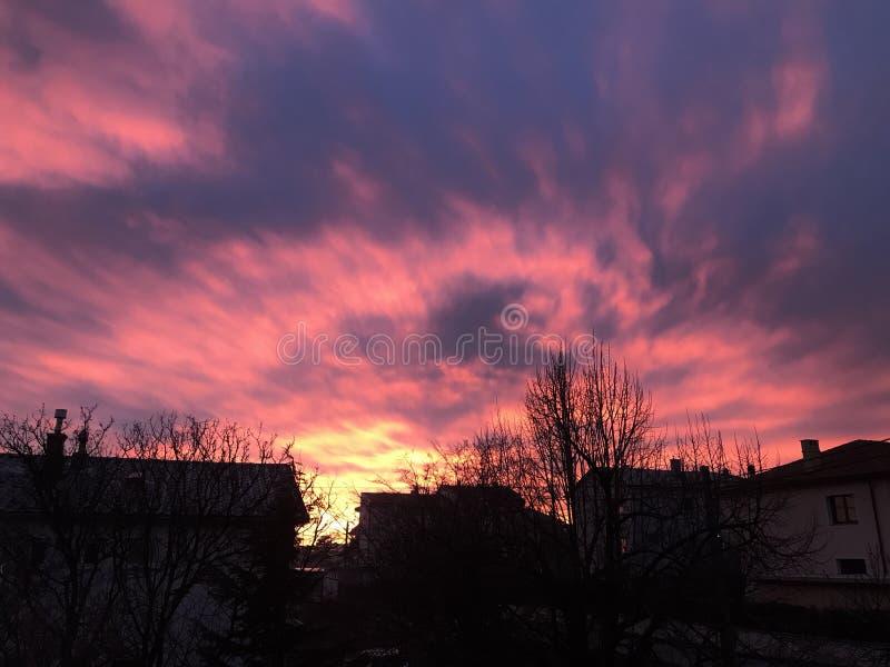 Röda skyes arkivbild