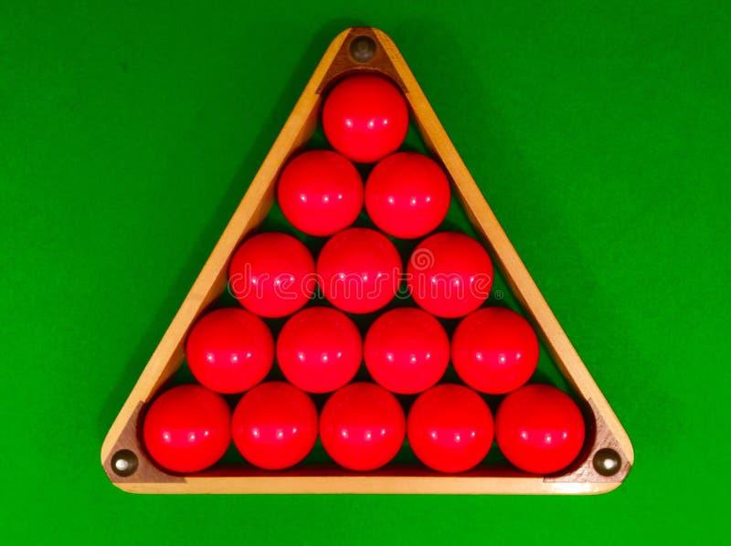 Röda snookerbollar i triangel royaltyfri bild