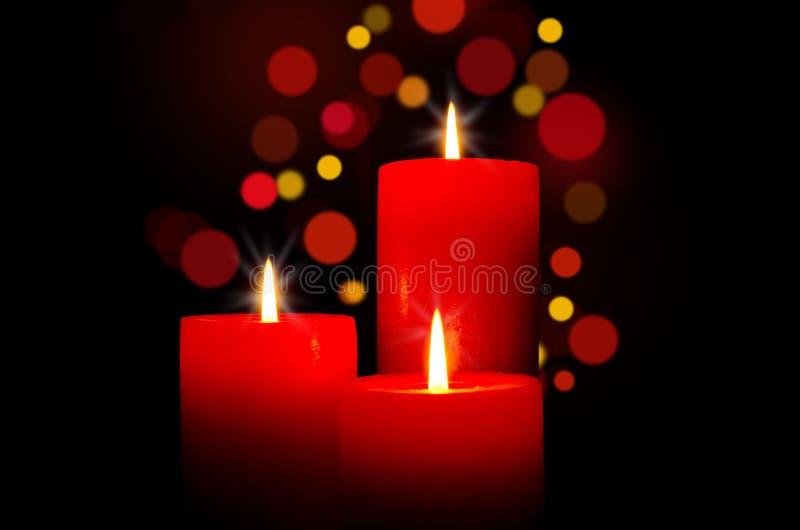 Röda stearinljus för jul arkivbild