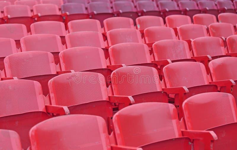Röda stolar i stadion för showen arkivbild