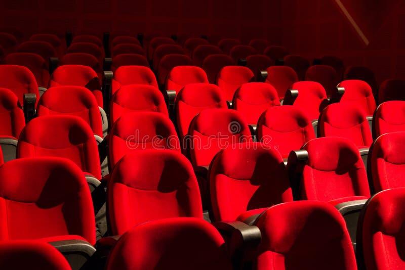 Röda stolar på den tomma bion fotografering för bildbyråer