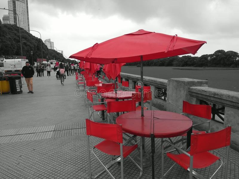 Röda tabeller i Buenos Aires royaltyfri foto
