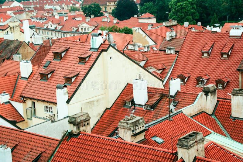 Röda tak för Prague ` s royaltyfri foto