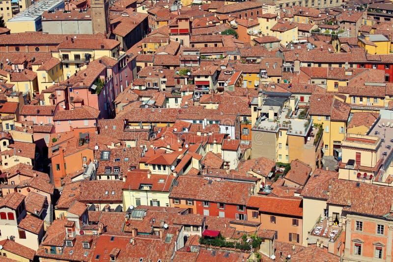 Röda tak i bolognaen Italien arkivbilder