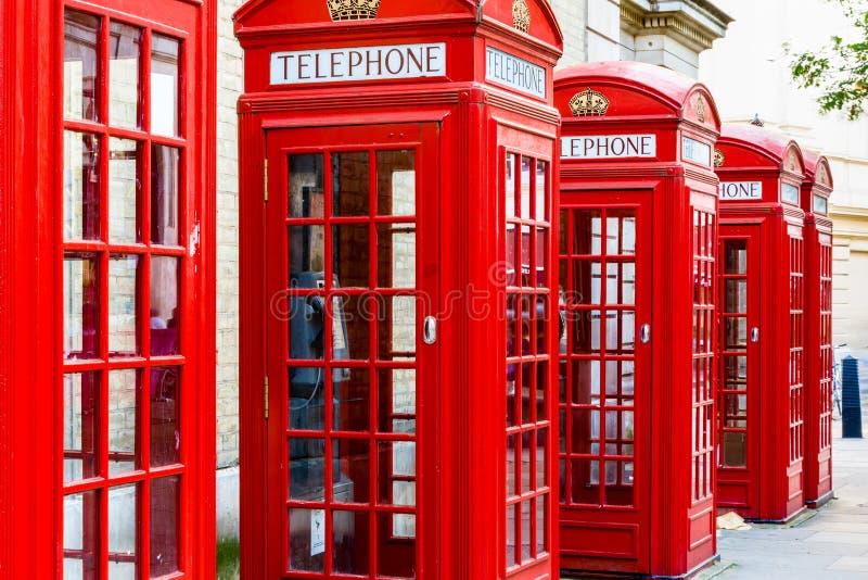 Röda telefonbås arkivfoton