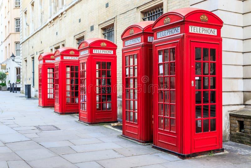 Röda telefonbås royaltyfria bilder
