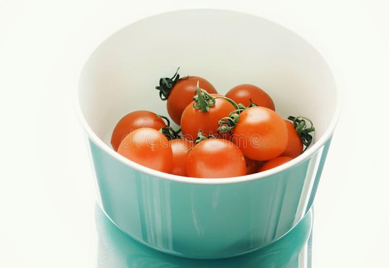 röda tomatnärbildblått besegrar vegetarian för grönsaken för vit bakgrundsreflexionsmat den åkerbruka royaltyfria foton