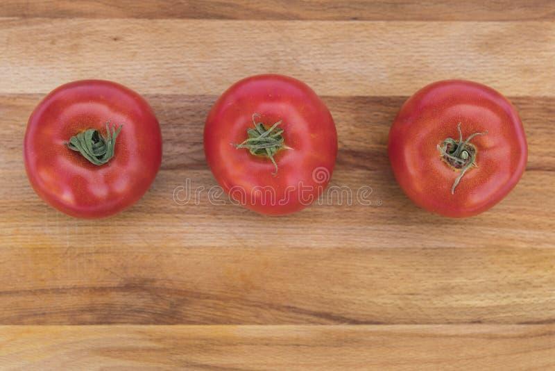 Röda tre, mogna tomater fotografering för bildbyråer