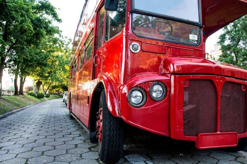 Röda två-berättelse engelska bussar anseende i parkera på stranden royaltyfri foto