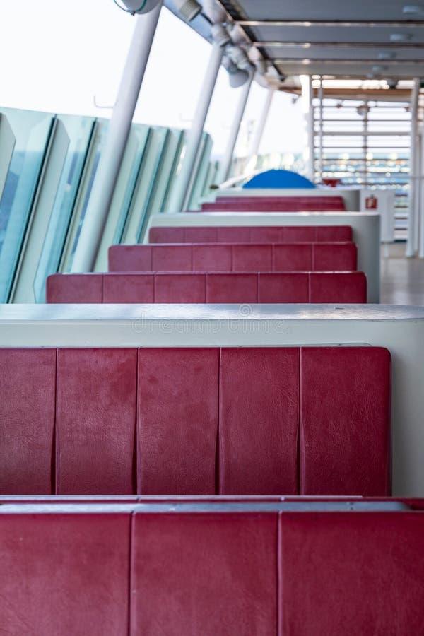 Röda vinylbås i restauranguteplats royaltyfria bilder
