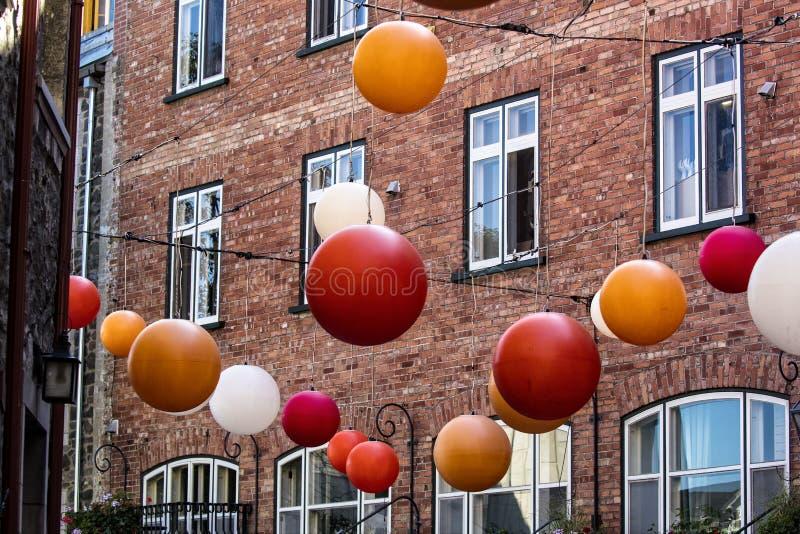 Röda vita solbrända och vita dekorativa bolllampor inom Quebec City fotografering för bildbyråer