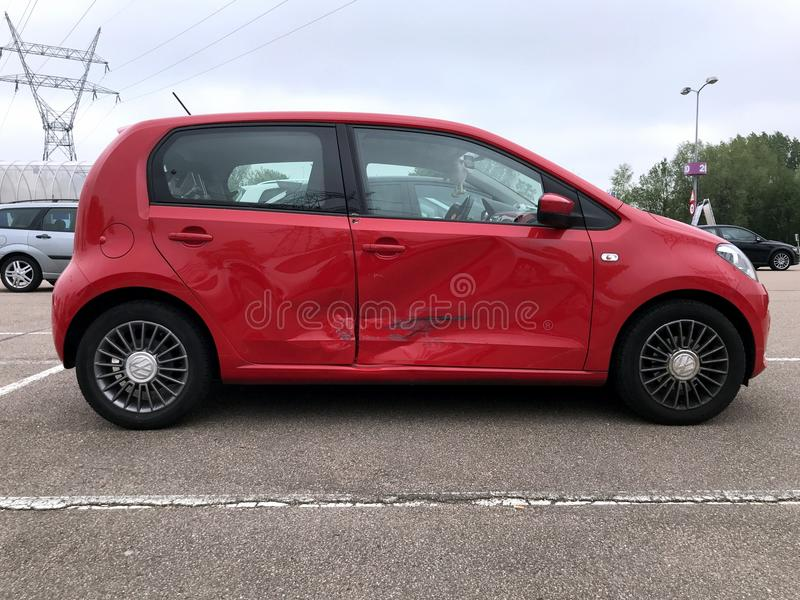 Röda Volkswagen upp med olycksskada arkivbild