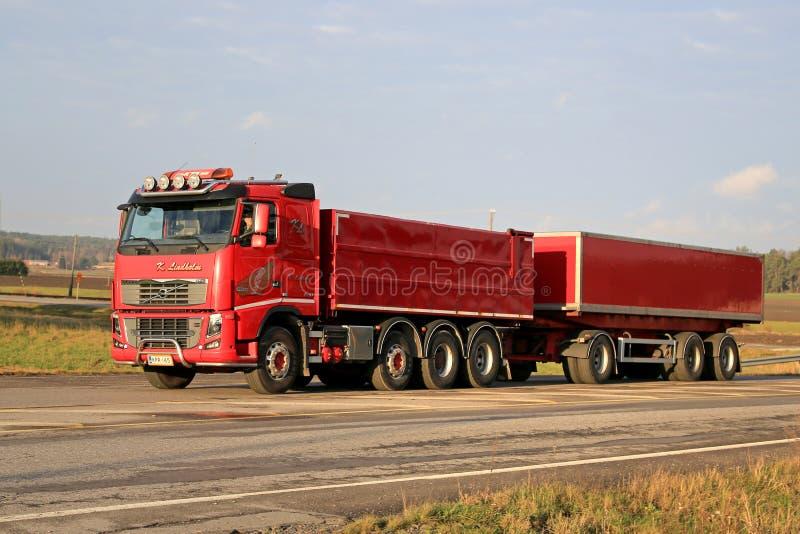 Röda Volvo FH16 540 med den fulla släpet på vägen arkivbilder