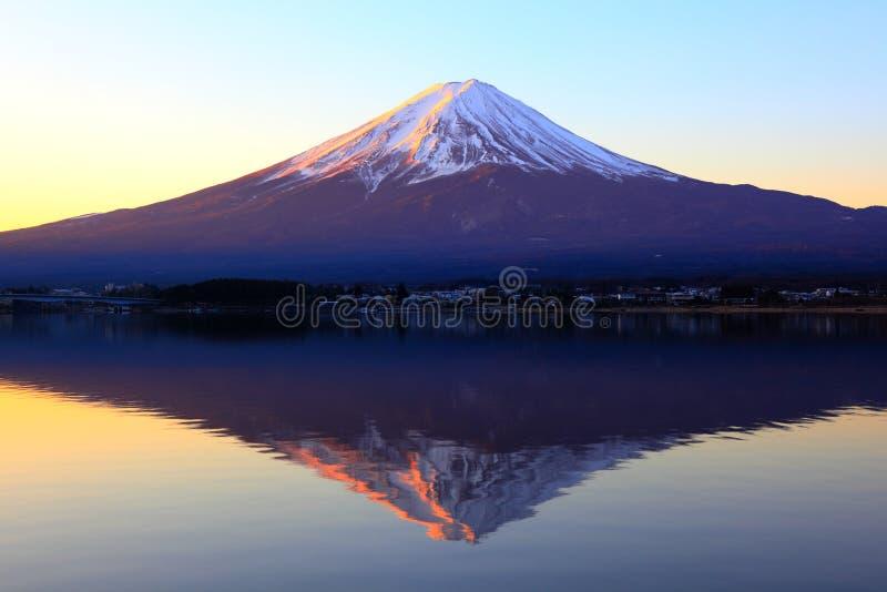 rödaktig reflexion för fuji berg royaltyfri bild