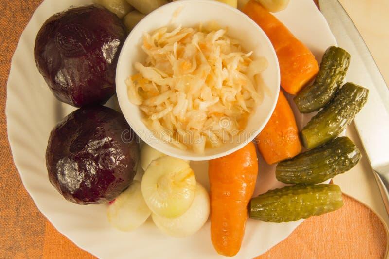 Rödbetssallad som är bekant som ättiksås och ingredienser: rödbetor morötter, lök royaltyfria bilder