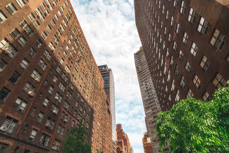 Rödbrun sandstenbyggnader i Manhattan, NYC Lowen metar besk?dar fotografering för bildbyråer
