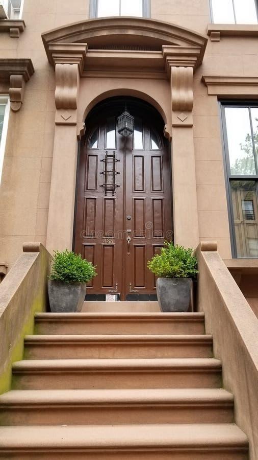 Rödbrun sandstenhem i Carroll Gardens Brooklyn royaltyfri fotografi