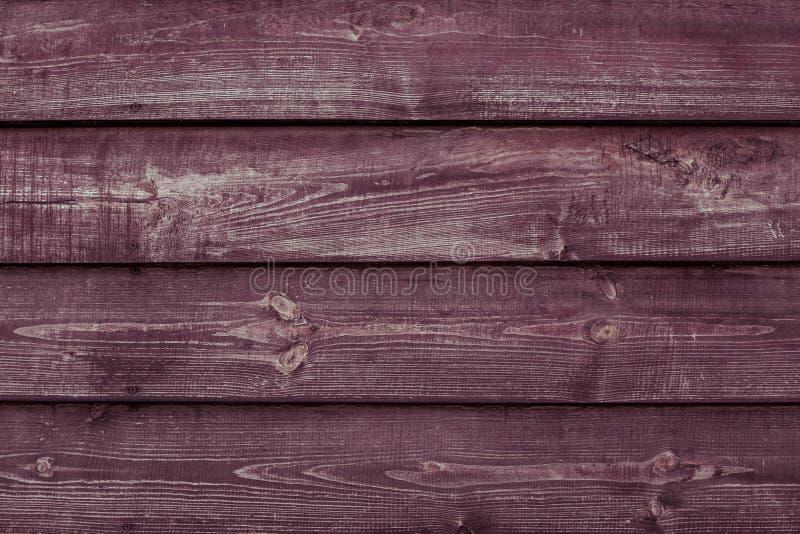 Rödbrun trätexturbakgrund Vinous träplankayttersida Bourgogneträsjaskig tabell, staket, ladugård Abstrakt modell av röd lu arkivfoto