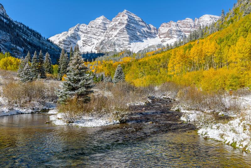Rödbruna Klockor och liten vik i Autumn Snow arkivbild