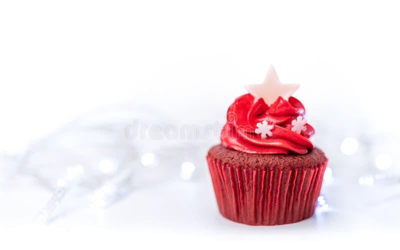 Rödfärgad julkaka med ljus bakgrund arkivbilder