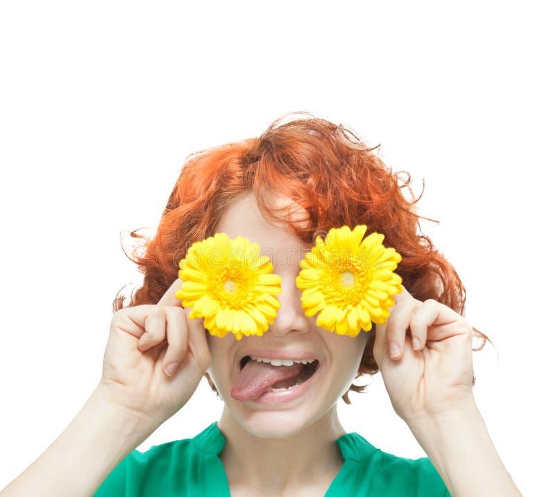 Rödhårig flicka med gula gerberas arkivfoton
