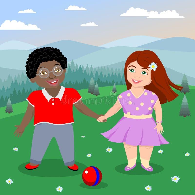 Rödhårig flicka och afrikansk amerikanpojke med exponeringsglas, i sommarkläder som rymmer händer och ler på gräset med en boll vektor illustrationer
