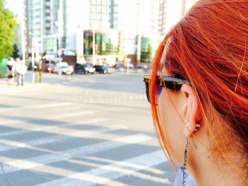 Rödhårig flicka på gatan royaltyfri bild