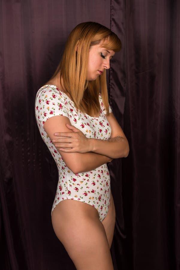 Rödhårig man i en bodysuit arkivfoto