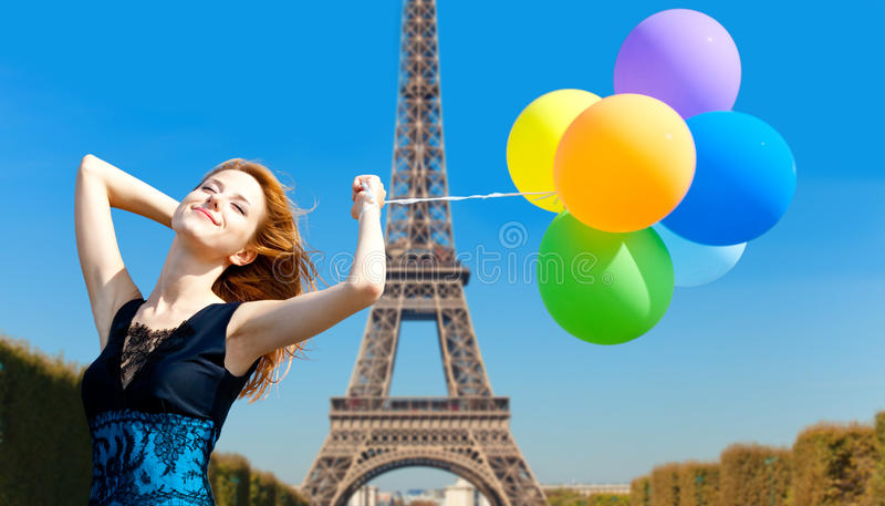 Rödhårig manflicka med färgballonger royaltyfria foton