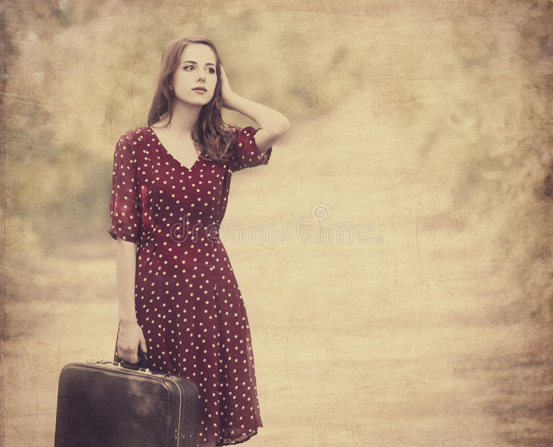Rödhårig manflicka med resväskan royaltyfri fotografi