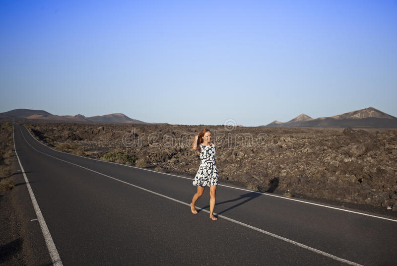 Rödhårig manflicka på den breda vägen Lanzarote kanariefågelöar, Spanien fotografering för bildbyråer