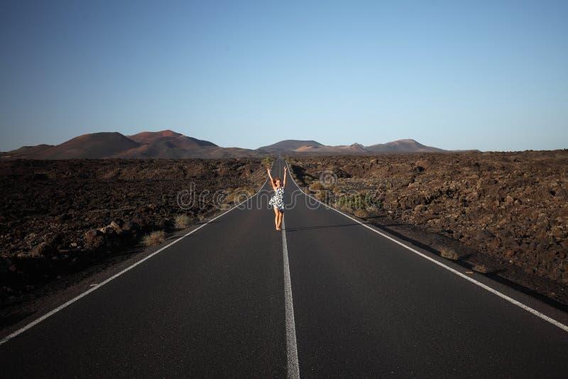 Rödhårig manflicka på den breda vägen Lanzarote kanariefågelöar, Spanien royaltyfri fotografi
