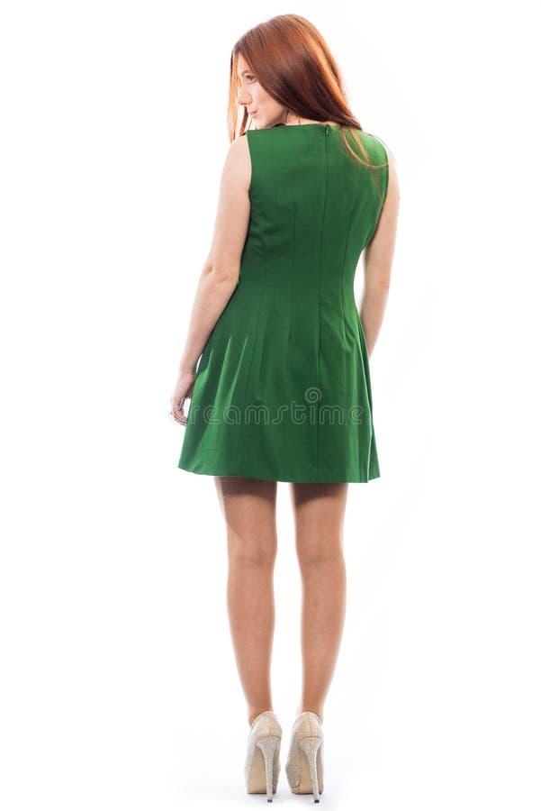 Rödhårig mankvinna i grön klänning på en vit arkivfoton
