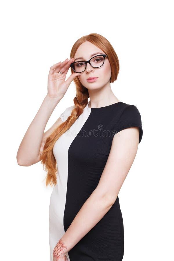 Rödhårig mankvinna med långt hår i glasögon royaltyfri bild