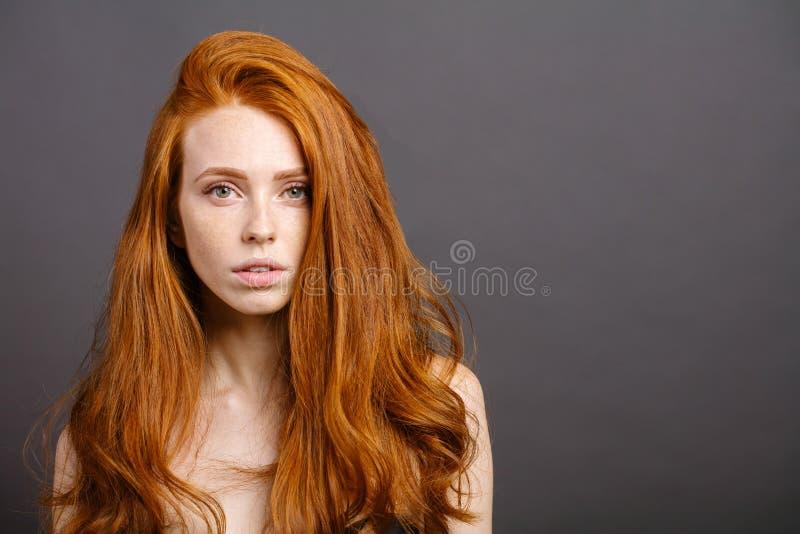 Rödhårig mankvinnan, ögonfrans, gör perfekt hud flicka skinande krabbt hår arkivfoton