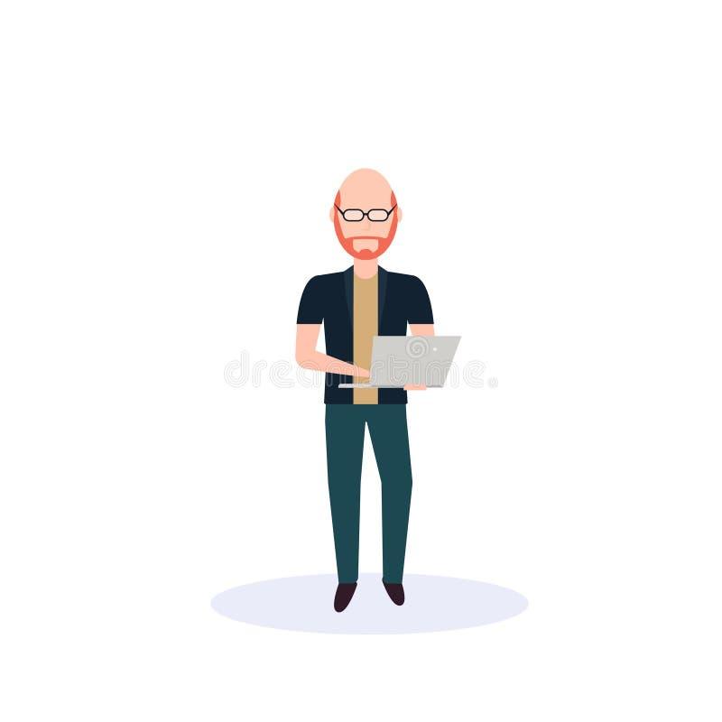 Rödhårig manmannen som använder bärbar datoranseende, poserar isolerad längd för tecken för tecknad film för ansiktslös kontur fö royaltyfri illustrationer