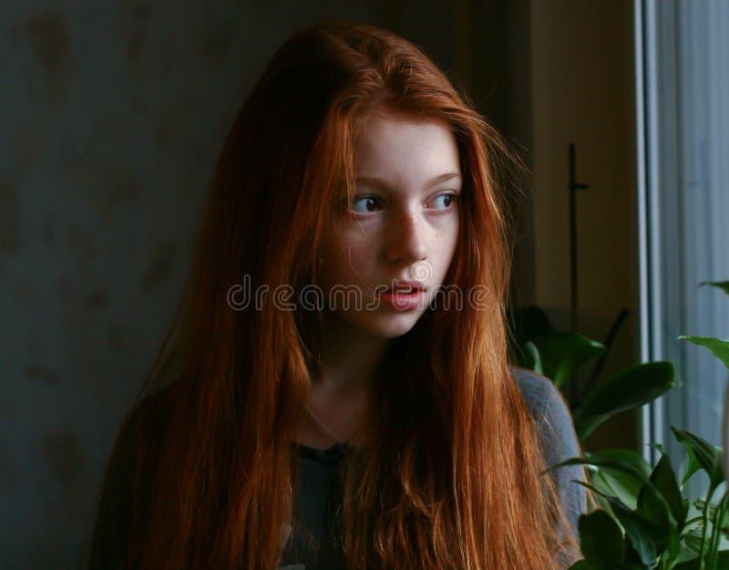 Rödhårigt drömma för flicka royaltyfri foto