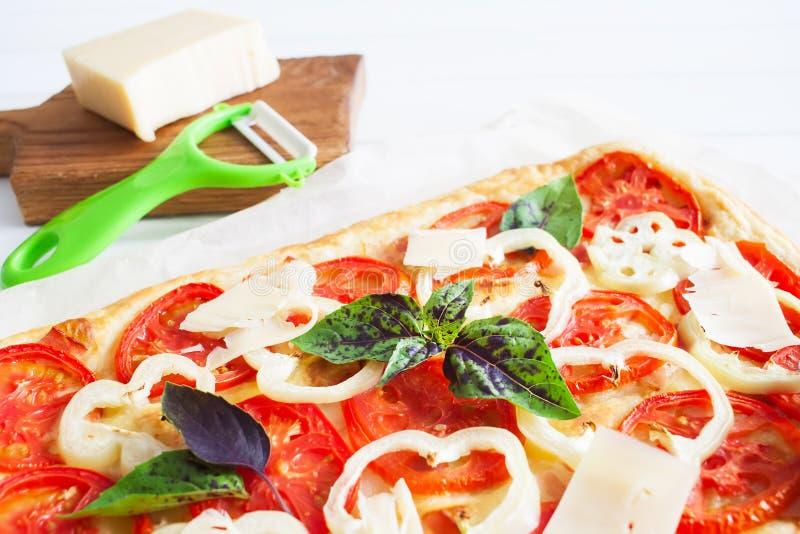 Rödlätt syrlig restanglepizza royaltyfri bild