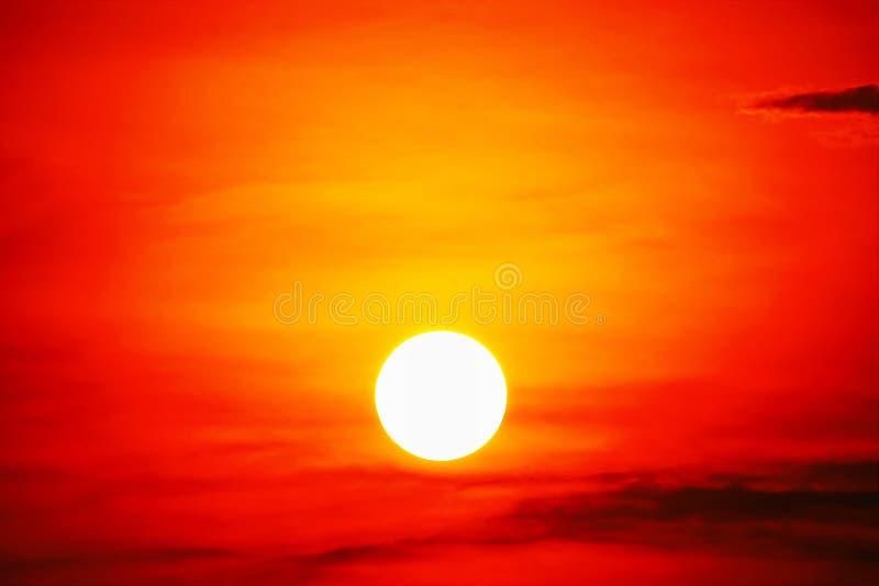 Rödrosa himmelrött moln utomhus sommar royaltyfri bild