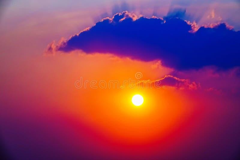 Rödrosa himmelrött moln utomhus sommar royaltyfri fotografi