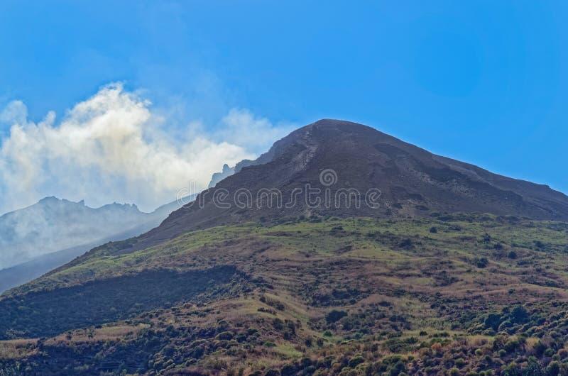 Rök över ön Stromboli, Italien för aktiv vulkan arkivbilder