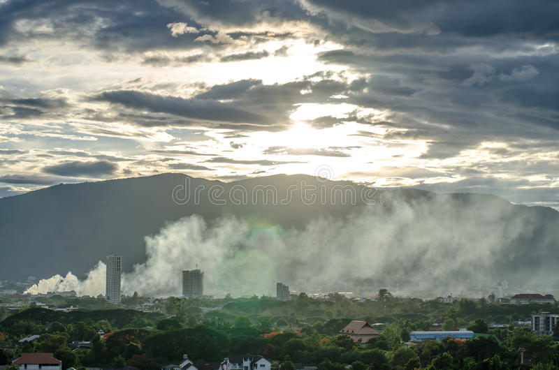 Rök över staden - avfyra i stadsöverblicken arkivbild